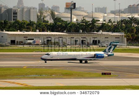 Air Tran Passenger Jet Departing Fort Lauderdale, Fl