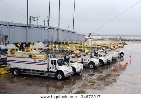Airport crews prepare for storm