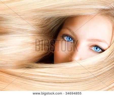 Chica rubia. Mujer rubia con ojos azules. Pelo largo Rubio sano. Extensión del pelo