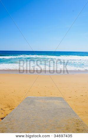 hölzerne Promenade am Strand und tropischen Meer