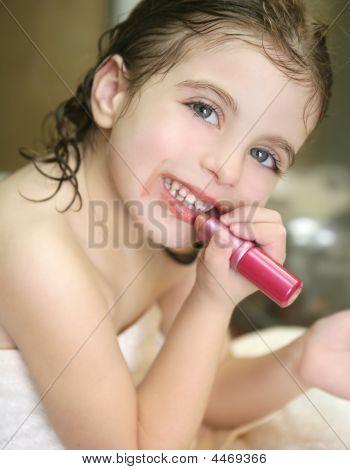 Menina com batom no banheiro