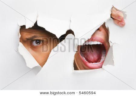 Ein Volk einsehen und das Schreien aus dem Loch In der Wand