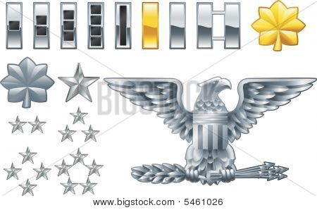 oficial del ejército estadounidense alinea los iconos de la insignia