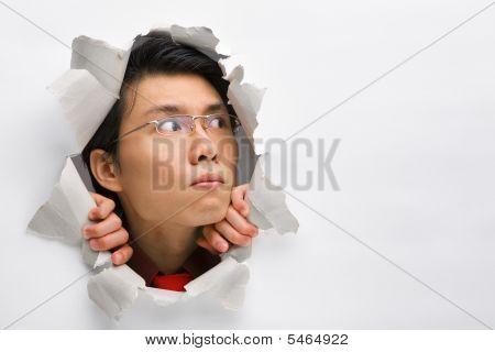 Mann vom Loch In der Wand zu seiner linken Seite Wegsehen