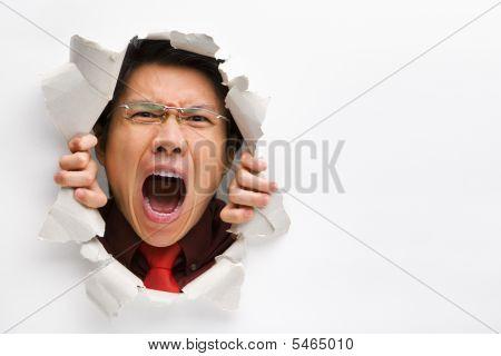 Mann schreiend aus dem Loch In der Wand mit textfreiraum