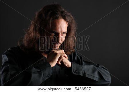 Joven orando