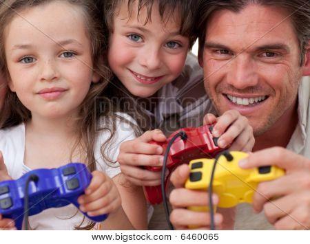 Feliz pai e seus filhos jogando Video Games