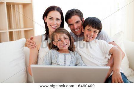 Família feliz, navegar na Internet