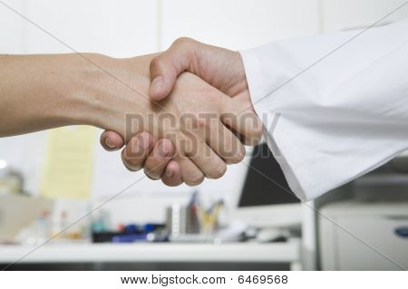 Aperto de mão com médico