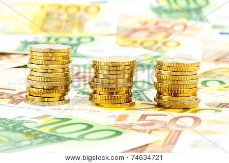 three stacks of coins, symbolic photo for financial planning, investment and interest income