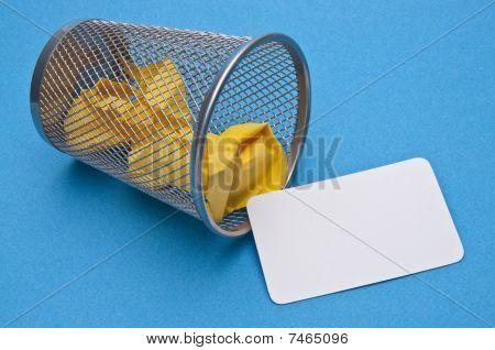 Cartão de visita, jogado no lixo