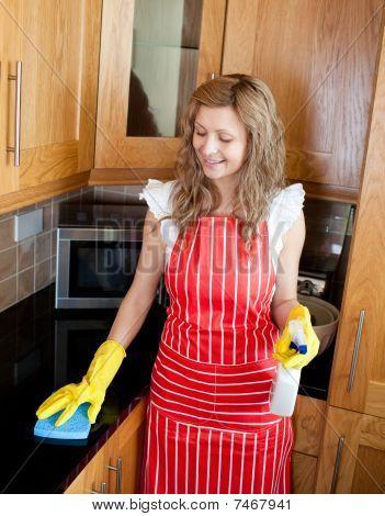 Sonriente, haciendo las tareas domésticas
