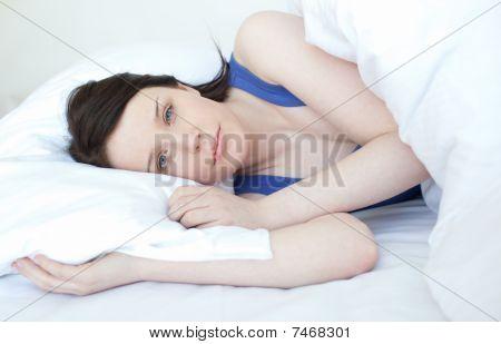 Mulher prazer relaxante numa cama