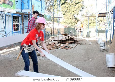 LOS ANGELES - OCT 25:  Alicia Witt at the Habitat for Humanity build by Showtime's