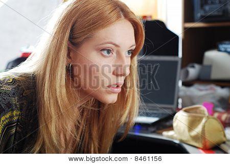 Rubia joven tienen su bonita cara