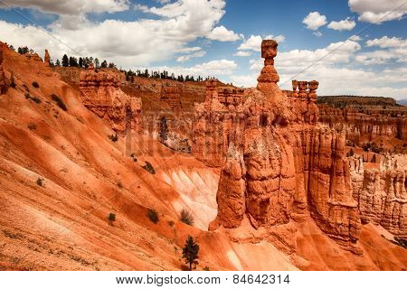 Thors Hammer and the spectacular Hoodoo red rock spires of Bryce Canyon, Utah, USA