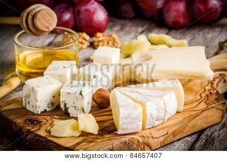 Mix Cheese: Emmental, Camembert, Parmesan, Blue Cheese, Bread Sticks, Walnuts, Hazelnuts, Honey, Gra