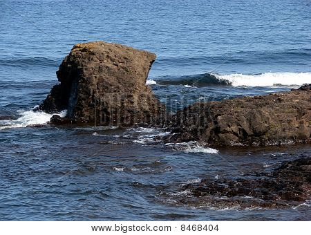 ocean waves breaking on rocks