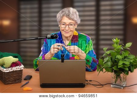 Beginner knitter in front of laptop