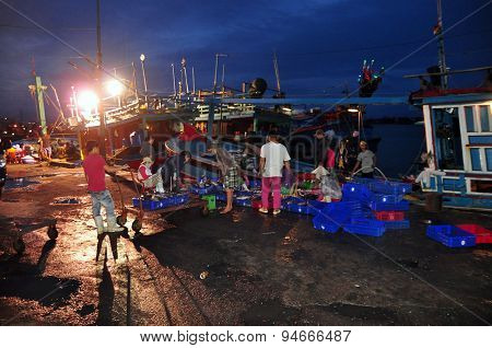 Nha Trang, Vietnam – February 21, 2013: Fishermen Are Collecting And Sorting Fisheries After A Long