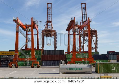 shipyard, freight harbor / port , drilling  rig