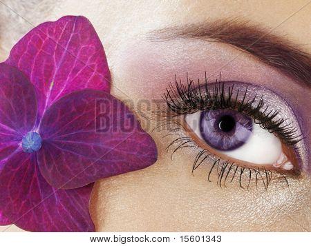 Ojo de la mujer con flor morada