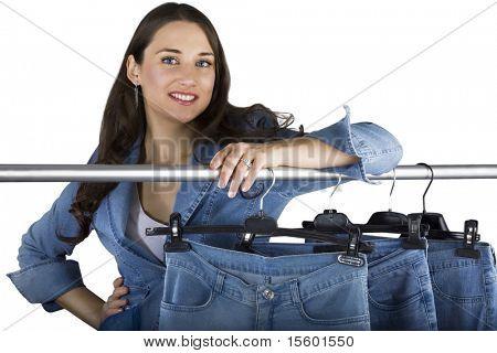 Lächelnde Frau präsentiert die Auswahl an jeans
