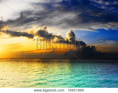 Dramática do sol céu com nuvens sobre o Oceano