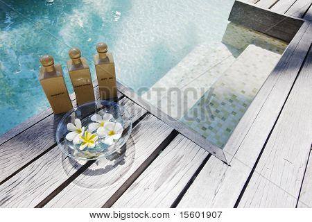 Artículos de higiene y spa cerca de la piscina