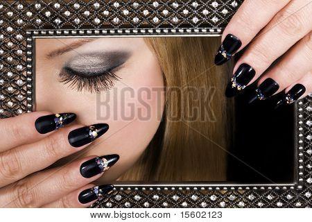 Foto de belleza. Primer plano de mujer hermosa cara y las manos.