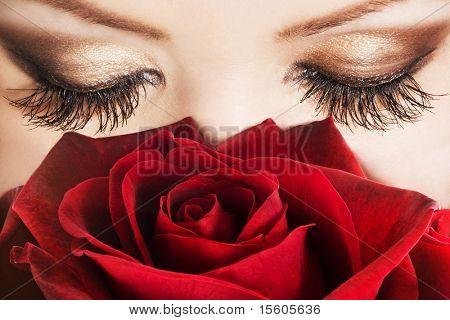 Frau mit extrem langen Wimpern