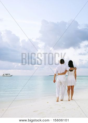 Couple walking am Strand