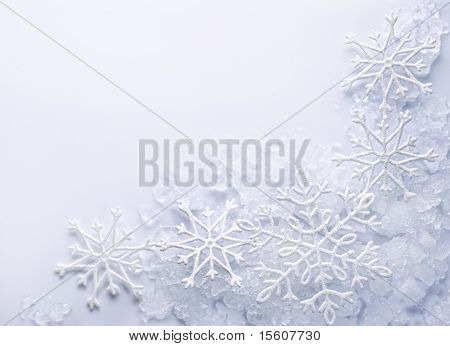 Schneeflocken auf Schnee Hintergrund. Platz für Text.