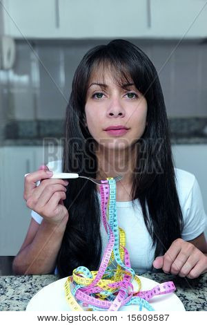 Frau auf Diät essen Mess Bänder