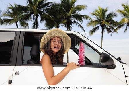 Autovermietung: happy Woman in ihrem neuen Auto in Strandnähe