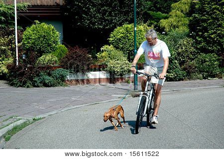Dos is running with the bike