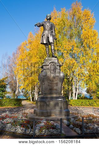 Peter the Great, the founder of Petrozavodsk. Monument stands on the Onezhskaya Embankment, near the port. Autumn leaves reinforce a sense of the greatness of the Reformer's figure