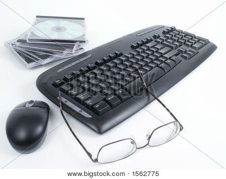 Teclado, Cds, ratón & gafas