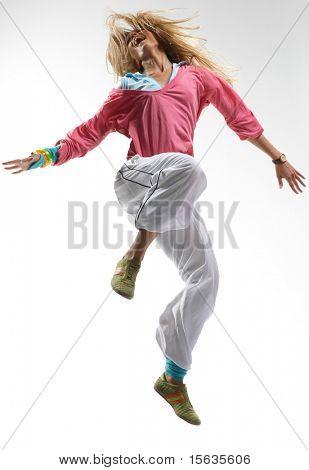 elegante hermosa bailarina posando sobre fondo blanco
