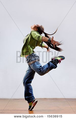 modern Style Dancer posing in Studio-Hintergrund