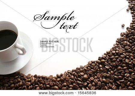 Xícara de café e grãos em fundo branco