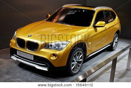 París, Francia - 02 de octubre: Paris Motor Show en el 02 de octubre de 2008, mostrando el BMW Concept X 1, vista frontal