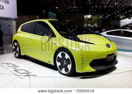 París, Francia - el 30 de septiembre: Salón de París el 30 de septiembre de 2010 en París, mostrando Toyota FT-CH