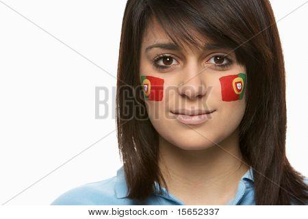 Aficionado a los deportes de mujeres jóvenes con Portugués bandera pintada en la cara