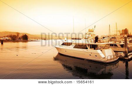 Vancouver puesta de sol sobre un puerto deportivo