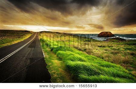 Straße führt zu eine wunderschöne Küste