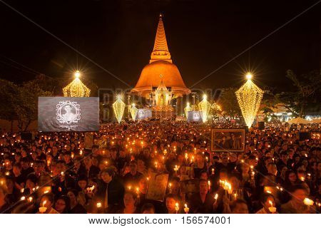 NAKORNPATHOM,THAILAND -OCTOBER 27,2016:Thai people singing the anthem and hold the portrait of His Majesty King Bhumibol front of the Phra Pathom Chedi to pay respect in Nakorn Pathom Province,Middle of Thailand.
