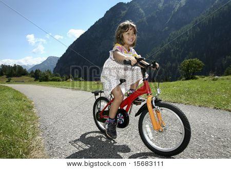 kleines Mädchen, Biken in den Bergen
