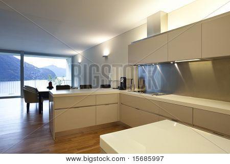 Vista interior do apartamento, cozinha aberta