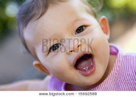 Kleine große Augen Baby lustige Grimasse